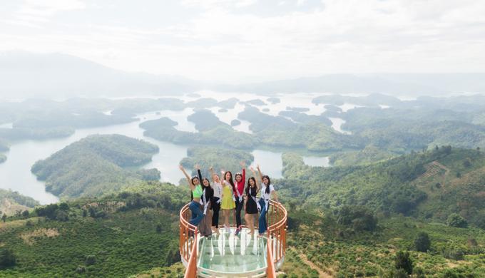 Thí sinh Hoa hậu Du lịch Việt Nam 2020 hào hứng khi được ngắm cảnh thiên nhiên diễm lệ ở Vườn quốc gia Tà Đùng, thuộc huyện Đắk GLong trước khi bước vào đêm thi bán kết dự kiến tổ chức tối 25/11.