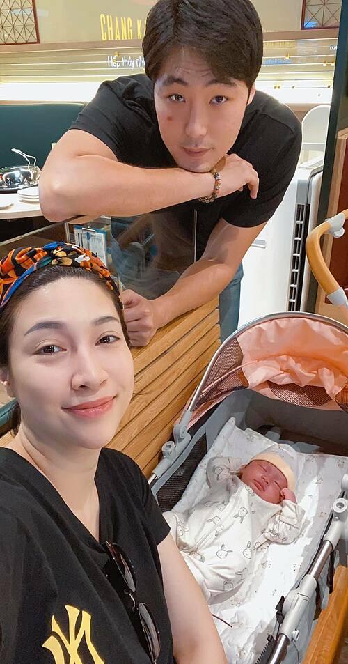 Vợ chồng Pha Lê bên con gái.
