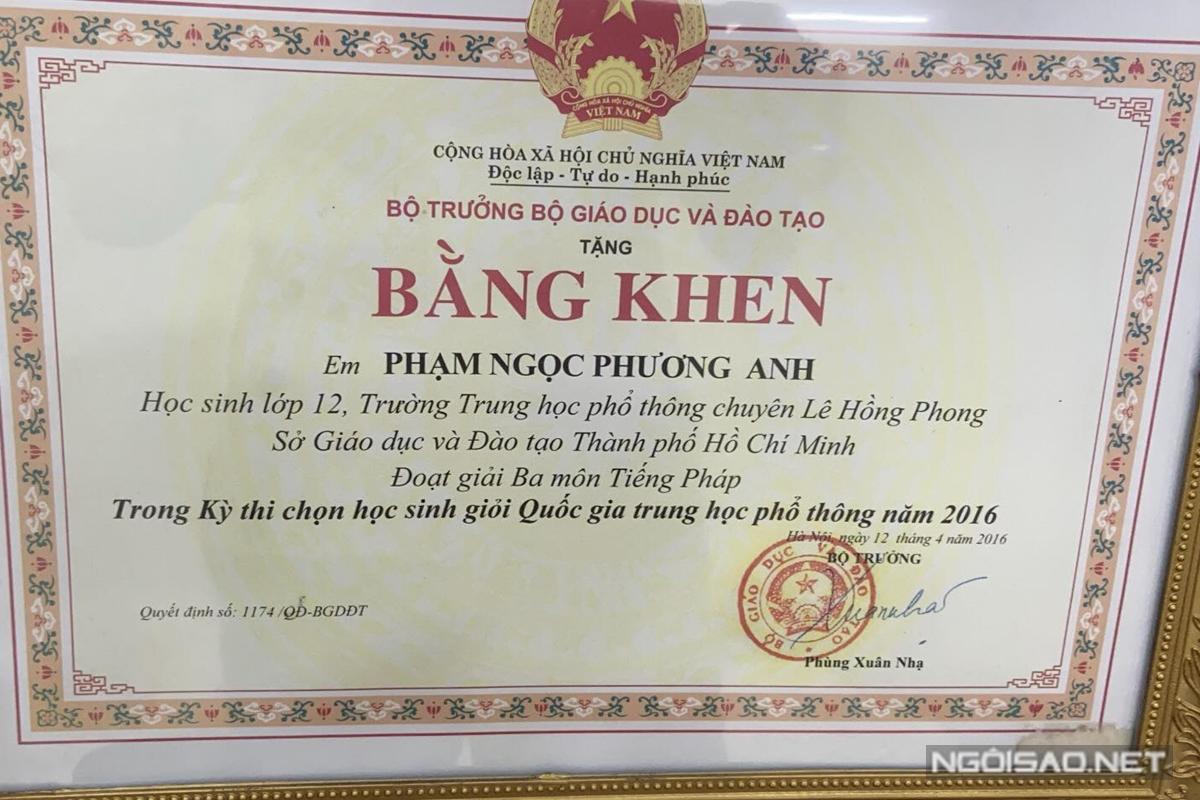Á hậu Việt Nam nhận bằng khen từ Bộ Giáo dục và Đào tạo cho các thành tích của mình.