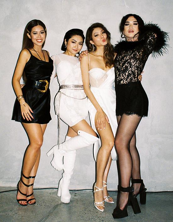 Tiên Nguyễn hội ngộ nữ rapper Tuimi (thứ hai từ trái qua) và beauty blogger Chiêu Dịp (ngoài cùng bên phải). Các người đẹp mừng Thảo Nhi Lê có show diễn riêng, sau 2 năm sáng lập thương hiệu thời trang dành cho nữ giới.