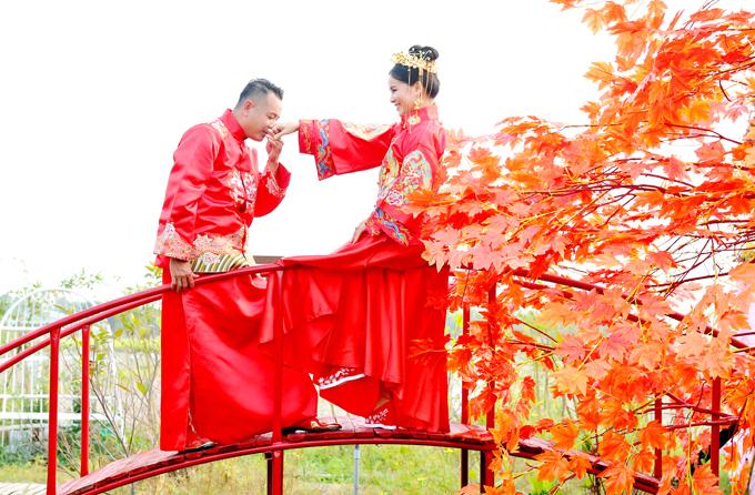 Diện trang phục đỏ rực dành cho cô dâu, chú rể, Quyền Lộc tạo dáng tình tứ, lãng mạn bên bà xã.