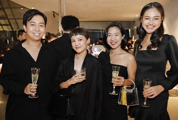 Nhà thiết kế Trang Ly (thứ hai từ trái qua) - em gái ca sĩ Nathan Lee - nâng ly uống mừng hội ngộ các đồng nghiệp, cộng sự trong nghề.