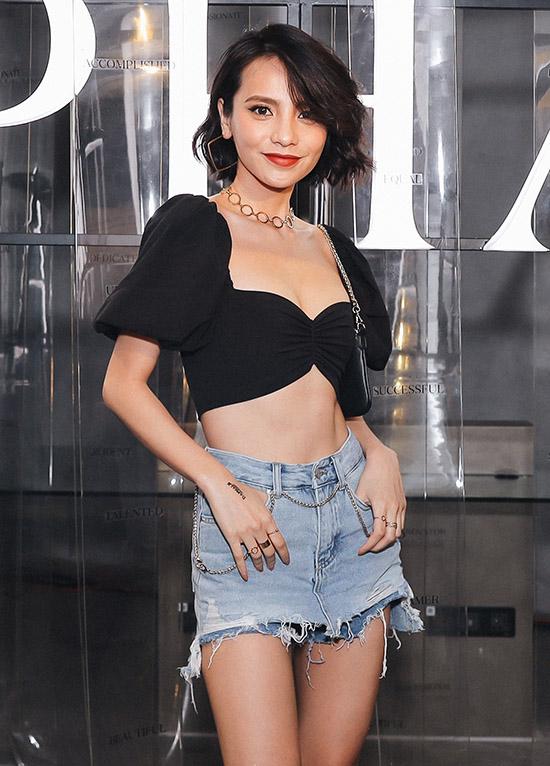 Chân dài Bùi Linh Chi tự tin diện quần short, áo crop-top tôn vòng hai săn chắc, không mỡ thừa và đôi chân dài.