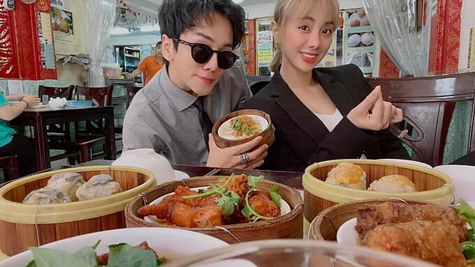 Miko Lan Trinh và bạn trai chuyển giới tranh thủ pose hình khi thưởng thức món dimsum tại một quán ăn bình dân.