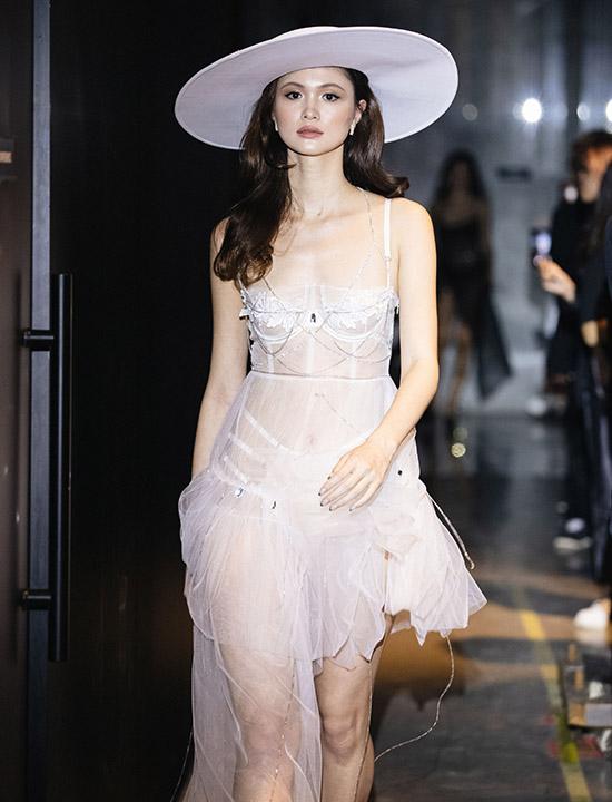 Dàn mẫu với trang phục nội y sải bước tự tin gợi nhớ hình ảnh các thiên thần Victorias Secret.