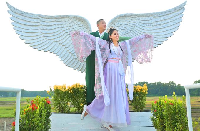 Đôi vợ chồng sắm vai cặp uyên ương trong thế giới thần tiên với thiết kế cổ trang.