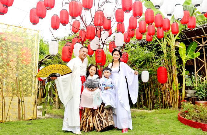 Hai con của Quyền Lộc xuất hiện cùng bố mẹ trong bộ ảnh kỷ niệm ngày cưới.