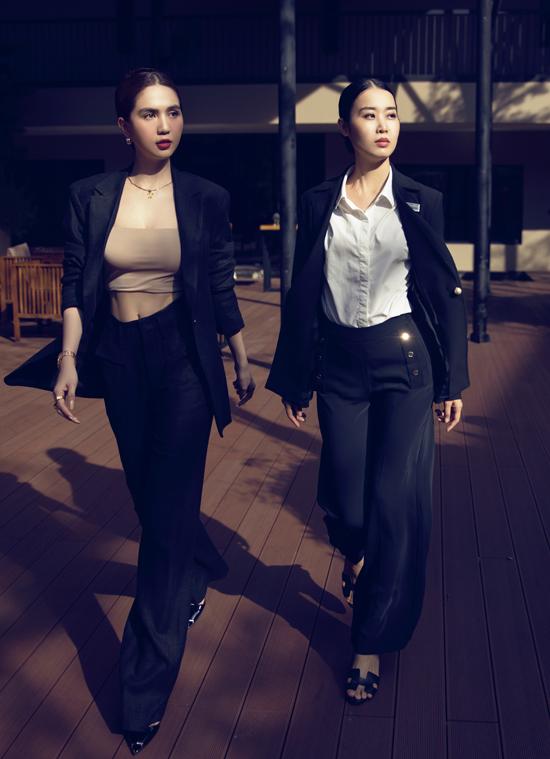 Ngọc Trinh cùng trợ lý - Á hậu Áo dài Minh Phương (phải) tới dự lễ bổ nhiệm chức danh mới của Hương Giang.