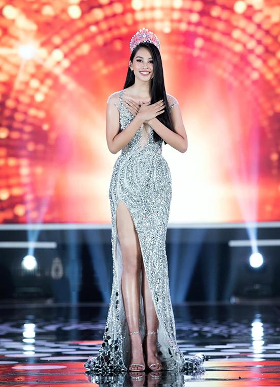 Trên sân khấu chung kết Hoa hậu Việt Nam 2020, trong những giây phút cuối cùng của nhiệm kỳ hoa hậu, Tiểu Vy tỏa sáng lộng lẫy với xiêm y đính đá, cắt xẻ gợi cảm của NTK Lê Thanh Hòa.