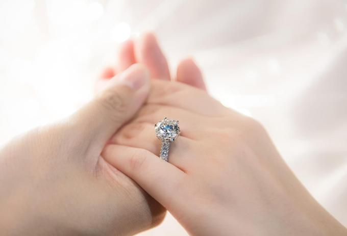 Sau khi làm lễ đính hôn bí mật, Phan Thành ngầm xác nhận tin vui bằng một bức ảnh nắm tay cô dâu kèm chiếc nhẫn kim cương.