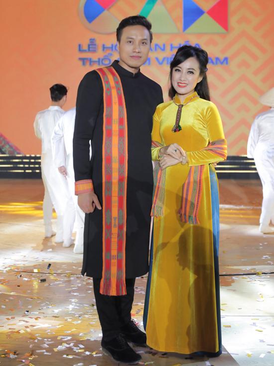 Ca sĩ Dương Quốc Hưng rất vui khi có dịp gặp gỡ nữ MC xinh đẹp. Hoài Anh đã bước vào tuổi tứ tuần nhưng còn rất trẻ trung, duyên dáng.