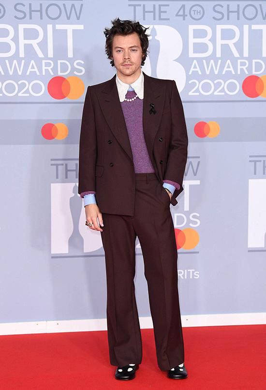 Trên thảm đỏ Brit Awards 2020 hồi tháng 2, Harry nhấn nhá sơ mi cổ Peter Pan, vòng cổ ngọc trai và giày bệt Mary Jane để tô điểm cho bộ suit Gucci.