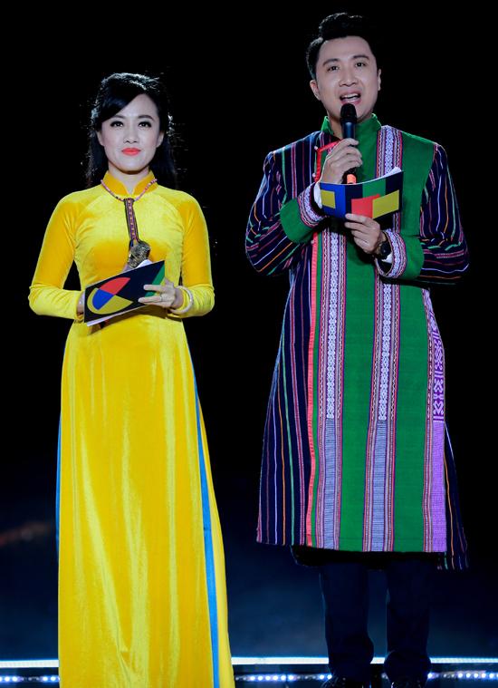 Cô dẫn dắt đêm khai mạc Lễ hội văn hóa thổ cẩm Việt Nam chủ đề Xứ sở của những âm điệu cùng đồng nghiệp Anh Duy.