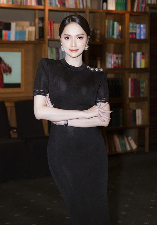 Hoa hậu Hương Giang tạm ngưng tham gia các hoạt động của làng giải trí nhưng vẫn tất bật với vai trò CEO một nhãn hàng. Cô diện váy bó gam đen, khoe làn da trắng và vẻ đẹp kiêu sa, nữ tính.