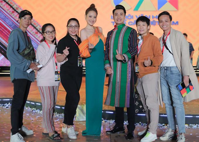 Hoa hậu Khánh Ngân, MC Anh chụp ảnh kỷ niệm với các bạn trẻ tham gia hỗ trợ tổ chức đêm khai mạc Lễ hội văn hóa thổ cẩm, tối 24/11.