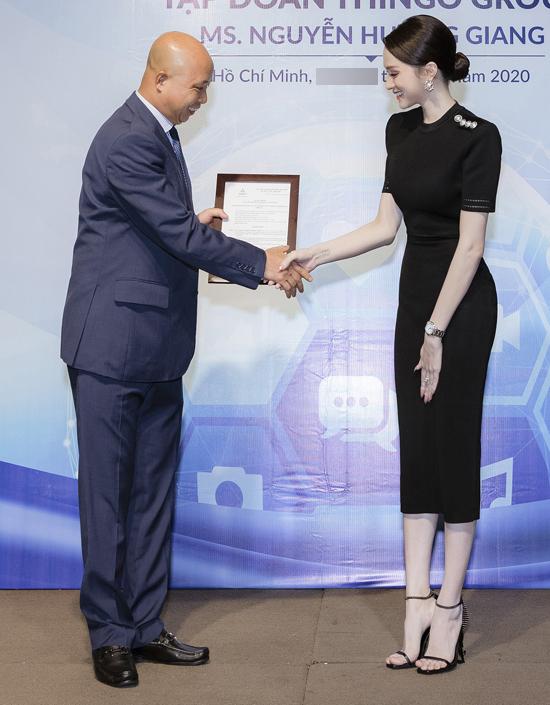 Hương Giang nhận quyết định bổ nhiệm từ đại diện tập đoàn mỹ phẩm.