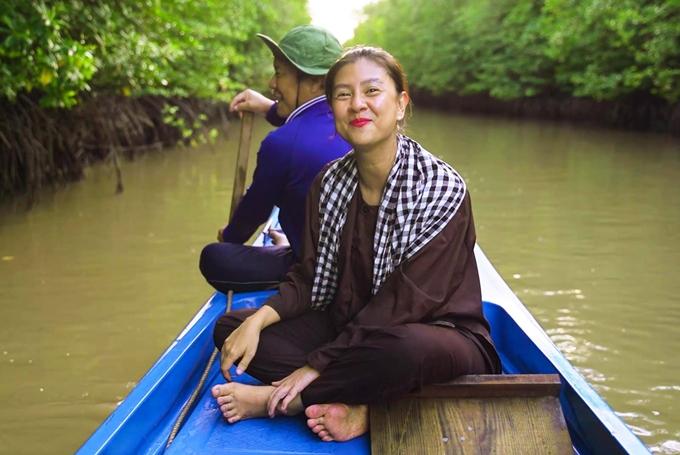 Kim Thư ngồi suồng vào bãi bồi.