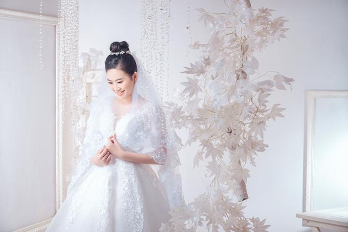 Người đẹp diện váy cưới xòe, tay lỡ, có cổ xẻ ngực sâu.