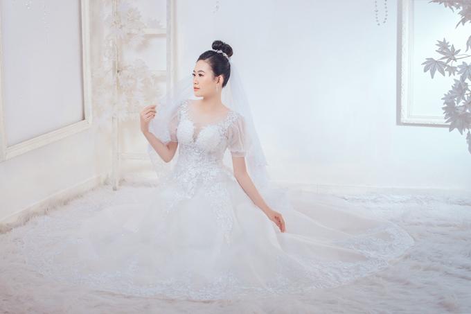 Họa tiết hoa ren giúp nâng tầm trang phục, cuốn hút ánh nhìn của người đối diện.