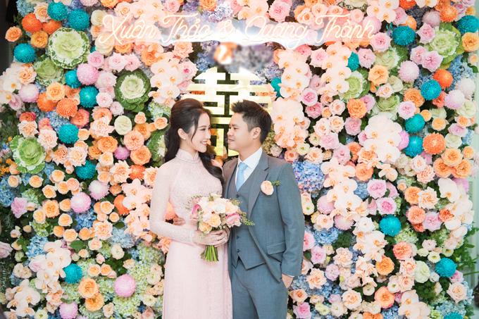 Sáng 24/11, lễ đính hôn của thiếu gia Phan Thành và bạn gái Primmy Trương đã diễn ra ở TP HCM. Nơi làm lễ được tô điểm bởi các loại hoa hồng tươi, cúc mẫu đơn, cẩm tú cầu và hoa lan.