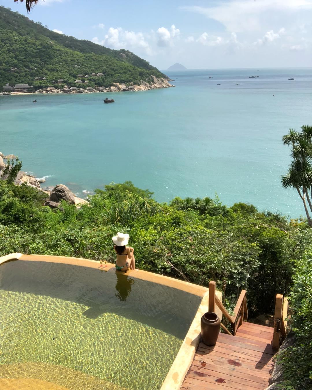 Six Senses Ninh Vân Bay cũng từng được báo Anh nhắc tới là một trong những resort đẹp nhất thế giới. Tại đây, du khách có thể hoà mình trong không gian thiên nhiên hoang sơ hoàn toàn tách biệt với thế giới bên ngoài.
