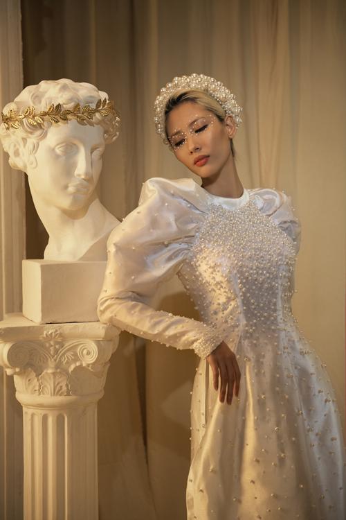 NTK cho biết anh luôn muốn tôn nét đẹp phụ nữ thông qua các mẫu áo dài kể cả trong những dịp đặc biệt như Tết, đám cưới và cả đời sống hàng ngày.