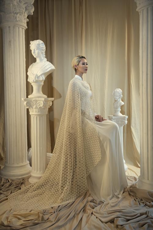 Tấm áo choàng từ lưới mang đến sự khác lạ cho trang phục truyền thống.