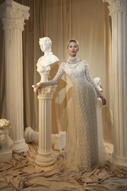Loại vải ôm dáng giúp cô dâu khoe khéo đường cong.