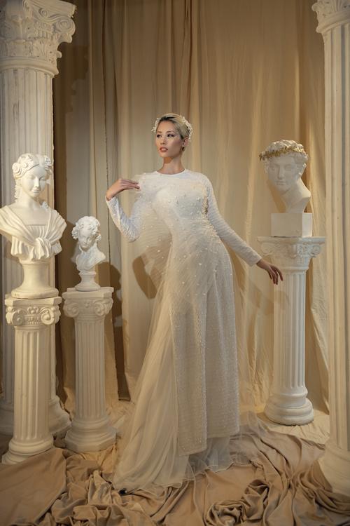 Áo dài cưới cách điệu với mảnh vải xếp ly tạo hình ở thân trên.