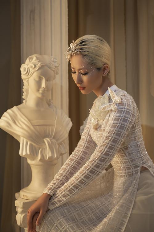 Bộ ảnh được thực hiện bởi nhiếp ảnh: Harris Thong, làm tóc - trang điểm: Vương Khiêm, trang phục: áo dài Minh Châu.