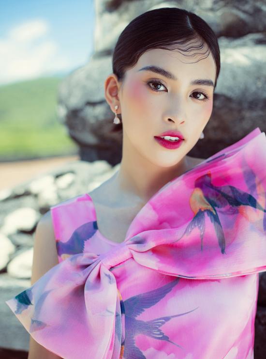 Váy nơ được tạo điểm nhấn, điệu đà duyên dáng với chất liệu organza. Theo hai nhà thiết kế đây là chất liệu không thể thiếu mà bộ đôi khai thác trong các bộ sưu tập, nó mang lại sự tiện dụng nhẹ nhàng nhưng vẫn rất thời trang,  sang trọng cho người mặc.