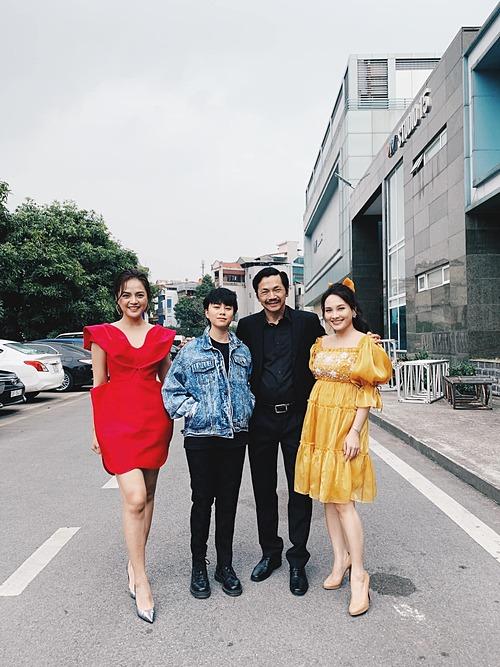 Thu Quỳnh, Bảo Thanh và Bảo Hân hội ngộ diễn viên Trung Anh. Ba nữ diễn viên từng vào vai ba cô con gái của bố Sơn trong bộ phim truyền hình gây sốt Về nhà đi con.
