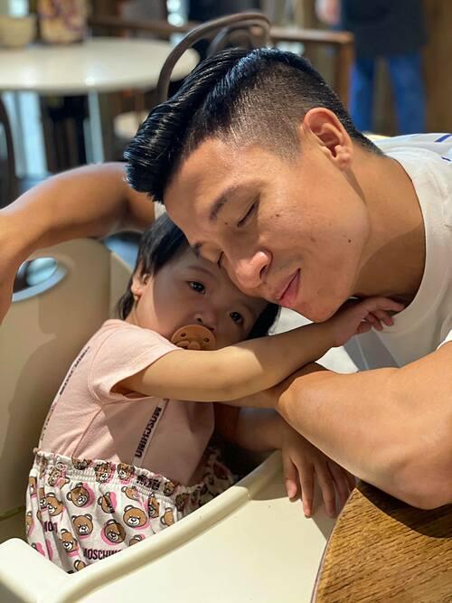 Cầu thủ Bùi Tiến Dũng tận hưởng hạnh phúc bình yên bên con gái nhỏ.