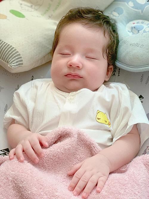 Vẻ đáng yêu của nhóc tỳ lai Tây nhà MC Hoàng Oanh khi ngủ.