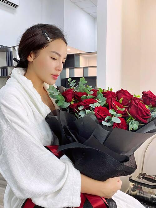 Hoa hậu Kỳ Duyên vui vì được khách hàng tâm lý tặng hoa hồng Ecuador.