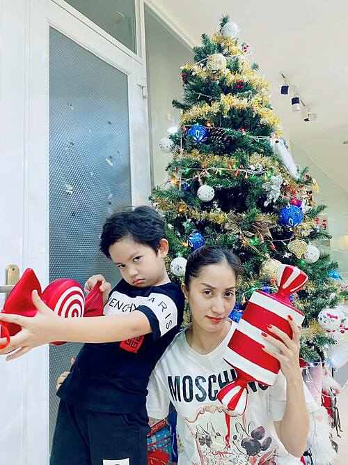 Kubi nhà Khánh Thi - Phan Hiển làm mặt ngầu khi pose hình bên cây thông Noel cùng mẹ.