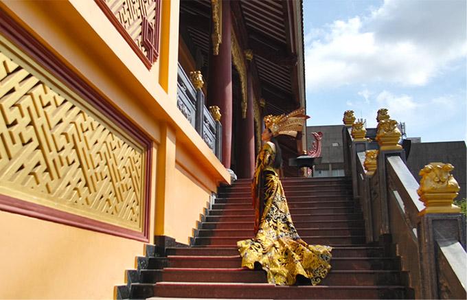 Thái Thị Hoa chọn chùa Việt Nam Quốc tự tại TP HCM làm địa điểm quay video màn trình diễn trang phục dân tộc.