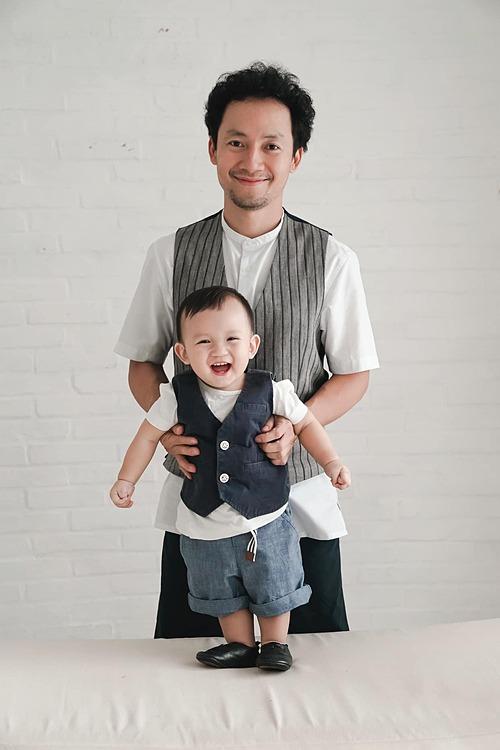 Rapper Tiến Đạt bên con trai hơn một tuổi. Thụy Vy - bà xã nam rapper hài hước nói: Finn cái gì cũng giống bố. chỉ có cái nết dữ giống mẹ.