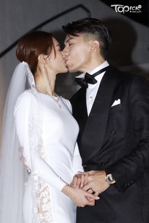 Hôn lễ của đôi uyên ương Viên Vỹ Hào - Trương Bảo Nhi diễn ra hôm 24/11. Cặp đôi có buổi gặp gỡ ký giả trước giờ đám cưới diễn ra, để chia sẻ niềm vui ngày trọng đại.