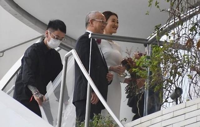 Trước đó, bố cô dâu xuất hiện, đưa con vào lễ đường. Bố đẻ Trương Bảo Nhi - một đại gia ngành đồ lót Hong Kong - được cho là rất ưng ý với chàng rể đẹp trai. Ông Trương là người giàu có nổi tiếng Hong Kong. Công ty của ông có vốn đăng ký kinh doanh ban đầu 80 triệu HKD, hơn 100 nhân viên làm việc, doanh thu hàng năm ước tính 100 triệu HKD, chưa kể sở hữu bất động sản ước đạt hơn 300 triệu HKD.