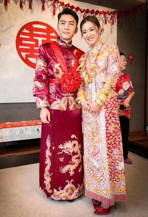 Tân lang, tân nương hạnh phúc ngày thành hôn. Viên Vỹ Hào và Trương Bảo Nhi hẹn hò đã 3 năm. Cặp sao nổi tiếng quen biết nhau khi đóng phim All Work No Pay Holidays năm 2017. Tháng 9 năm ngoái, anh cầu hôn cô và được chấp thuận.Viên Vỹ Hào vào nghề từ năm 1998, sau đó mất nhiều năm để có được sự nghiệp ổn định ở TVB như hiện tại. Anh là nam diễn viên truyền hình, điện ảnh, ca sĩ kiêm người mẫu Hong Kong, hiện là diễn viên độc quyền của hãng TVB. Anh đóng Thiết thám, Anh hùng thành trại, Sứ đồ hành giả 2... Hôn thê kém anh 11 tuổi. Cô từng theo học tại Đại học Pennsylvania, Mỹ, sau đó tham gia Hoa hậu Hong Kong năm 2016 và giành giải Hoa hậu thân thiện.