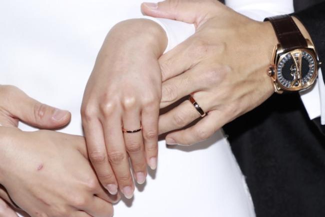 Chú rể Viên Vỹ Hào là đại diện của thương hiệu Cyrus Watches tại Hong Kong và Ma Cao. Vì thế, trong ngày cưới, anh đeo chiếc đồng hồ Cyrus Klepcys Vertical Tourbillon trên cổ tay. Chiếc đồng hồ có giá thị trường khoảng 1,5 triệu HKD (gần 4,5 tỷ đồng) giá công bố năm 2020.