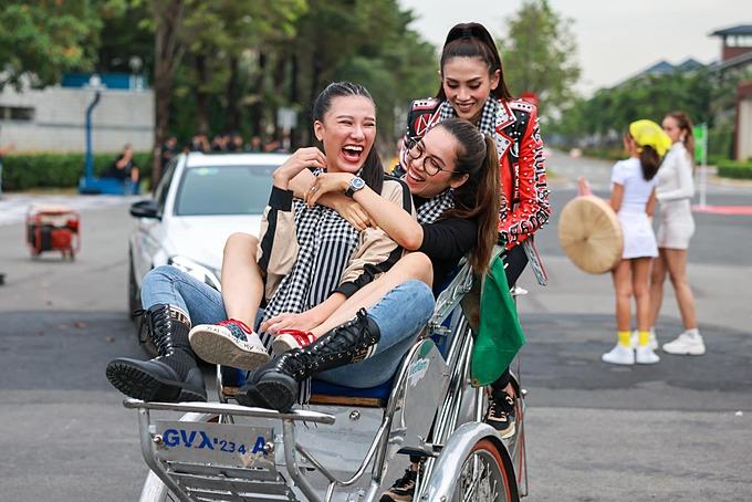 Siêu mẫu Võ Hoàng Yến nô đùa cùng á hậu Hoàng My, Kim Duyên trên xích lô.