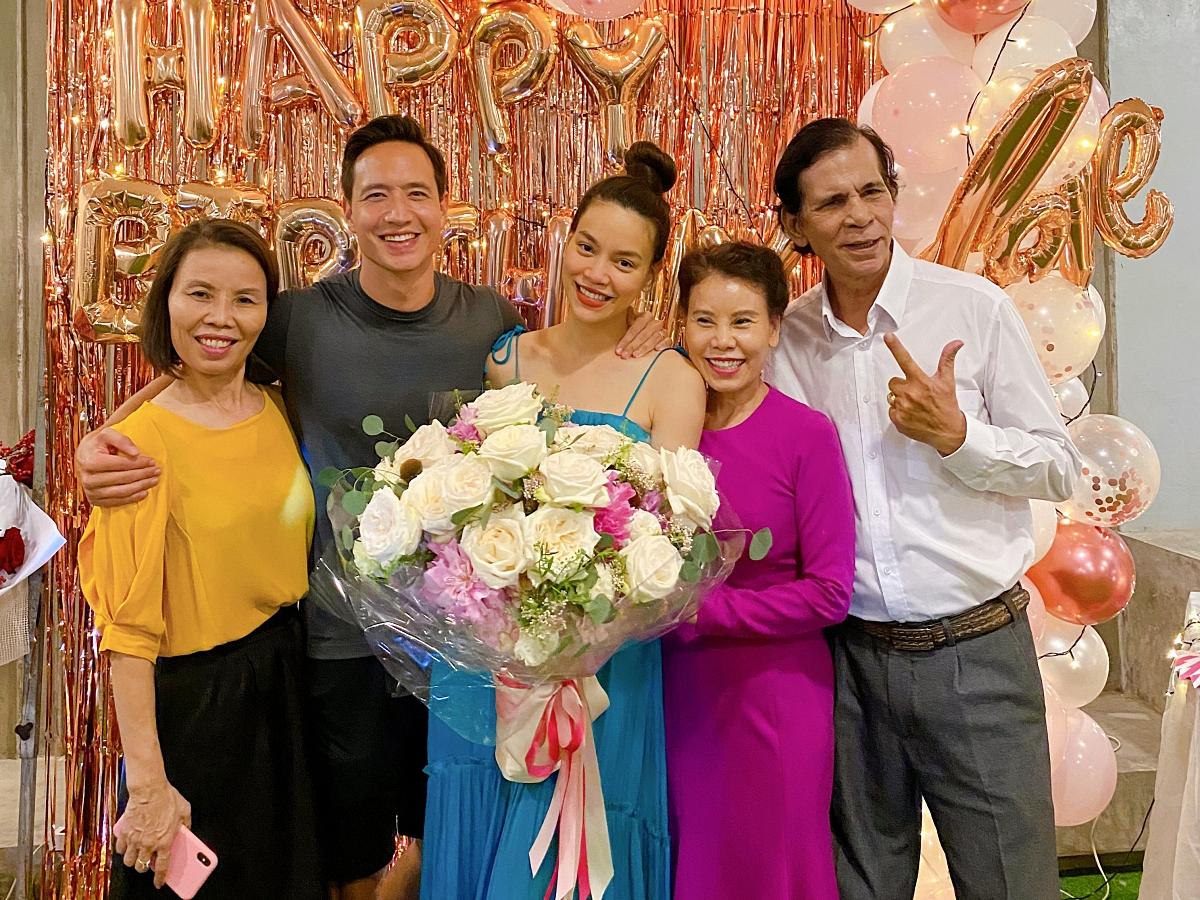 Hồ Ngọc Hà hạnh phúc đón tuổi mới bên chồng và người thân.