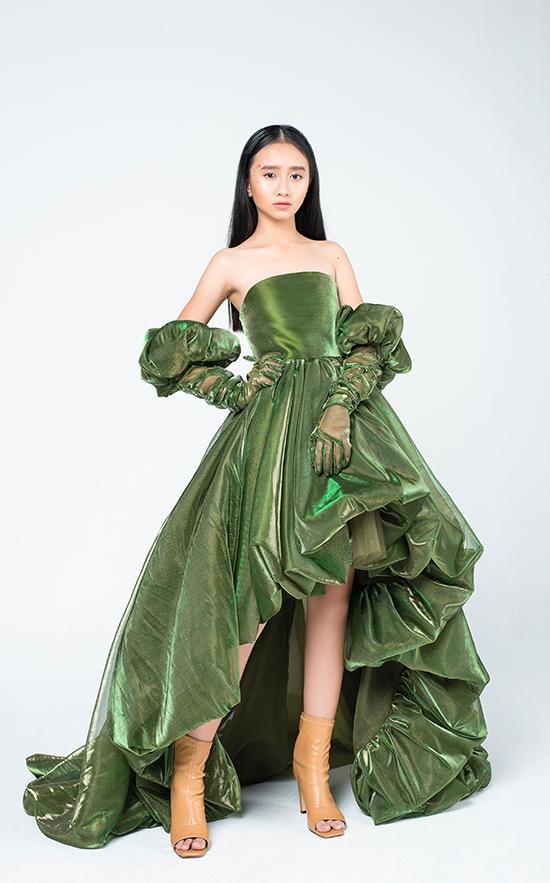 Bộ trang phục trở nên ấn tượng hơn khi kết hợp với găng tay cùng chất liệu, nhún bèo điệu đà.