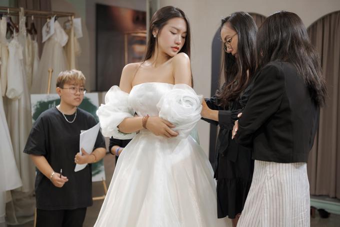 Hải My thử váy thứ hai mang phom dáng ball-gown.