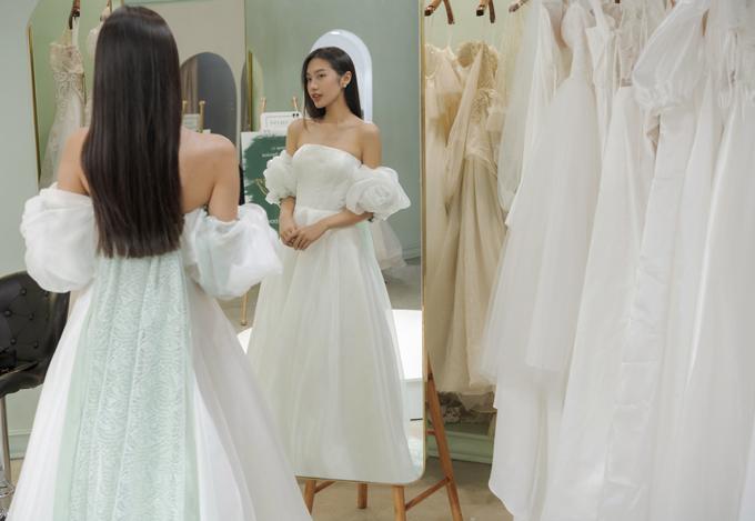 Bộ cánh tối giản dành cho cô dâu yêu thích sự thanh lịch. Phần lưng váy có tà phụ giúp từng bước đi của người diện thướt tha, uyển chuyển.