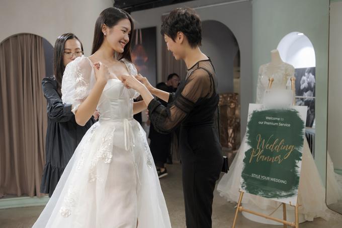 Sau cuộc thi Hoa hậu Việt Nam 2020, người đẹp Doãn Hải My gây bất ngờ khi được mẹ dẫn đi thử váy cưới ở Hà Nội.