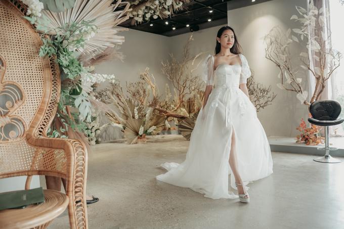 Hải My catwalk trong trang phục cô dâu. Mẫu đầm người đẹp diện có tay bồng, phom dáng corset gợi cảm, tôn ngực đầy quyến rũ.