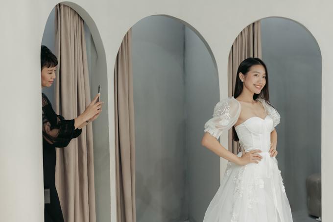 Chiếc váy còn có họa tiết đắp ren, mang đến sự nữ tính cho người diện.
